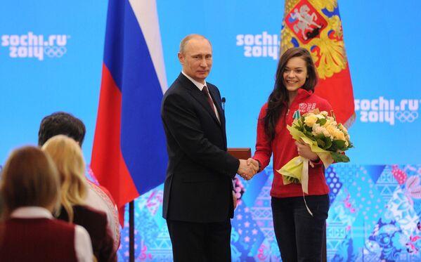 Президент России Владимир Путин и олимпийская чемпионка в фигурном катании Аделина Сотникова
