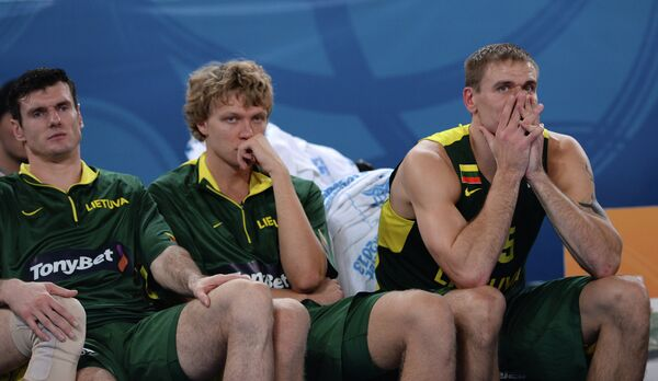 Баскетболисты сборной Литвы Кшиштоф Лавринович, Миндаугас Кузминскас и Робертас Явтокас (слева направо)