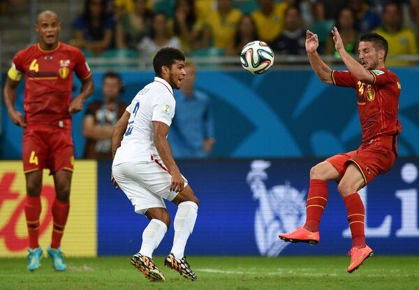Защитник сборной Бельгии Венсан Компани, защитник сборной США Деандре Йедлин и форвард сборной Бельгии Дрис Мертенс (слева направо).