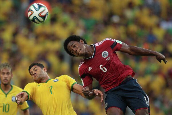 Форварды сборной Бразилии Неймар, Халк и полузащитник сборной Колумбии Карлос Санчес (слева направо).