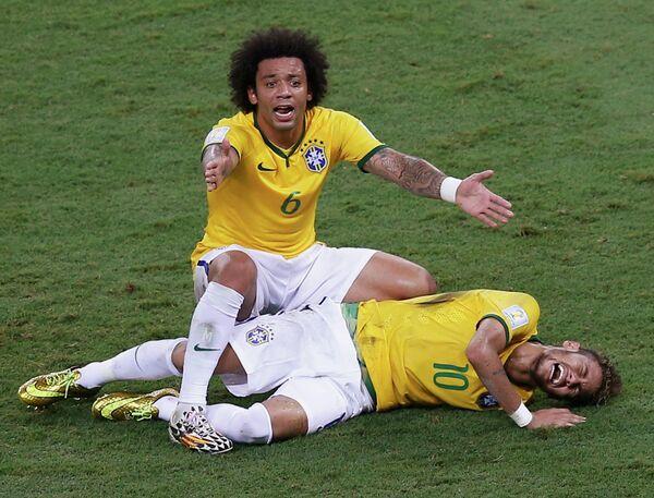 Бразильский защитник Марсело и форвард Неймар, получивший травму
