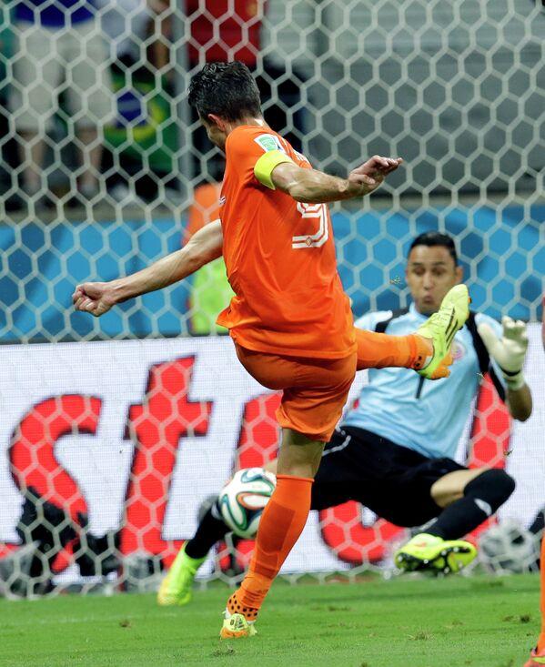 Форвард сборной Голландии Робин ван Перси и вратарь сборной Коста-Рики Кейлор Навас (слева направо)