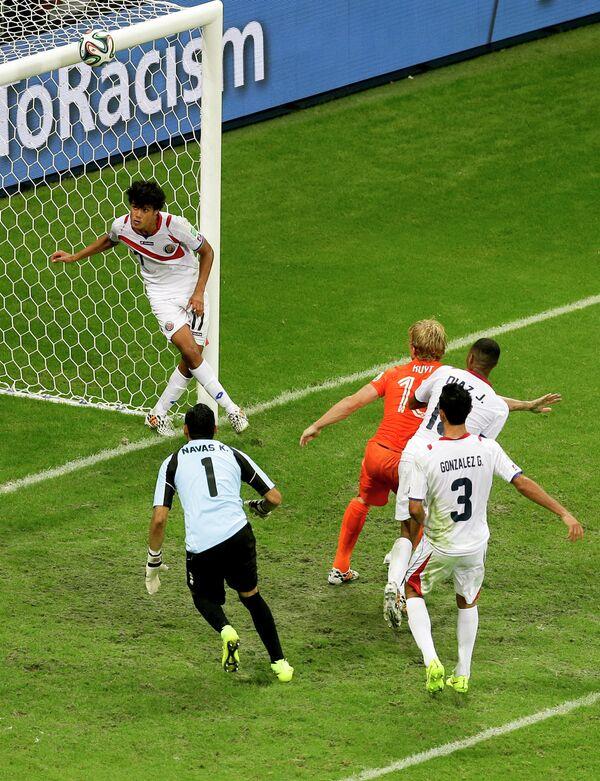 Мяч попадает в перекладину ворот сборной Коста-Рики
