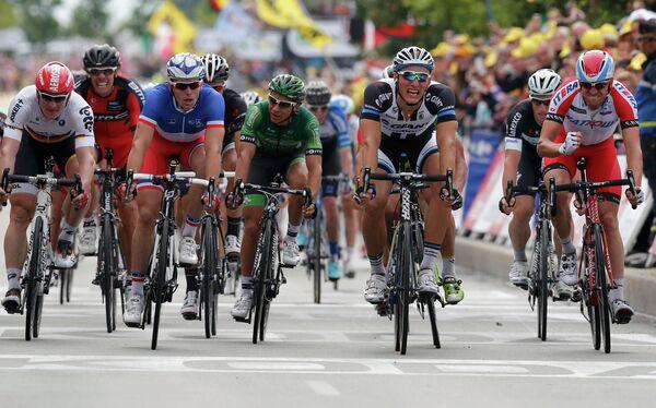Норвежец Александр Кристофф из российской команды Катюша и немецкий велогонщик Марсель Киттель из команды Team Giant-Shimano (справа налево)