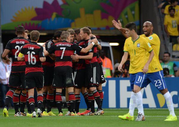 Футболисты сборной Германии празднуют забитый гол в ворота бразильцев в полуфинале ЧМ