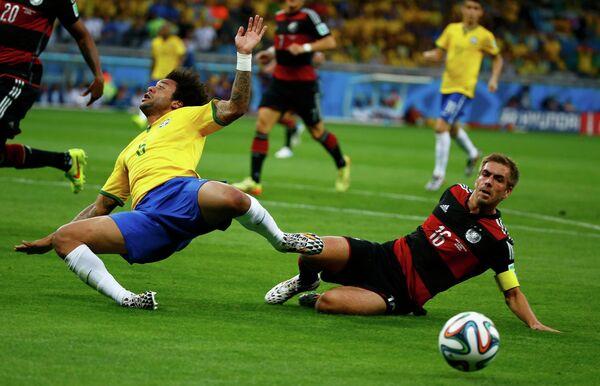 Защитник сборной Бразилии Марсело и защитник немецкой сборной Филипп Лам (слева направо)