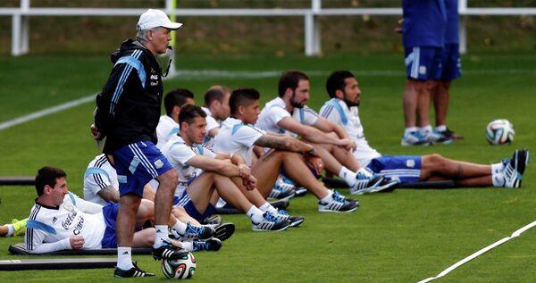 Главный тренер сборной Аргентины Алехандро Сабелья вместе с игроками национальной команды