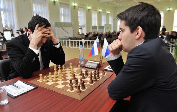 Российские шахматисты Владимир Крамник и Ян Непомнящий (слева направо)