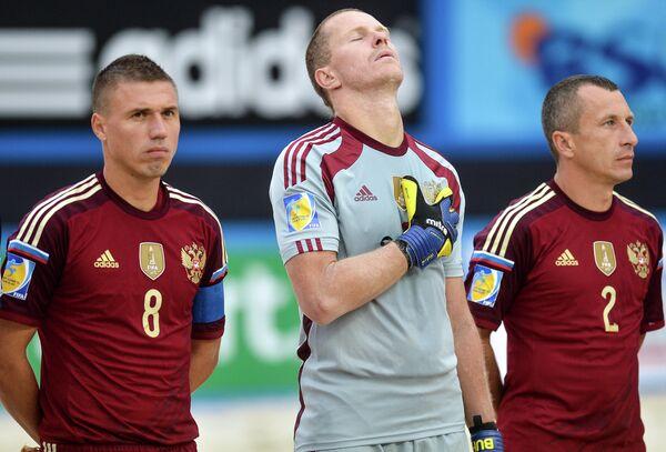 Вратарь сборной России Андрей Бухлицкий (в центре) и игроки сборной России Илья Леонов (слева) и Юрий Горчинский