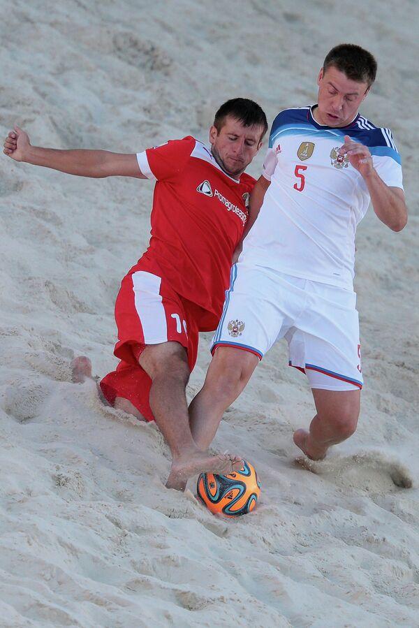 Игрок сборной России по пляжному футболу Юрий Крашенинников (справа) и игрок сборной Белоруссии Олег Слаутин