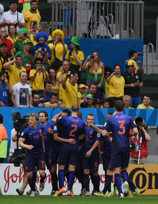 Футболисты сборной Нидерландов радуются голу в матче за третье место чемпионата мира по футболу