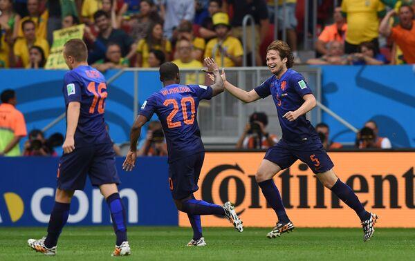 Йорди Класи, Жоржиньо Вейналдум и Дейли Блинд (слева направо) радуются голу в матче за третье место чемпионата мира