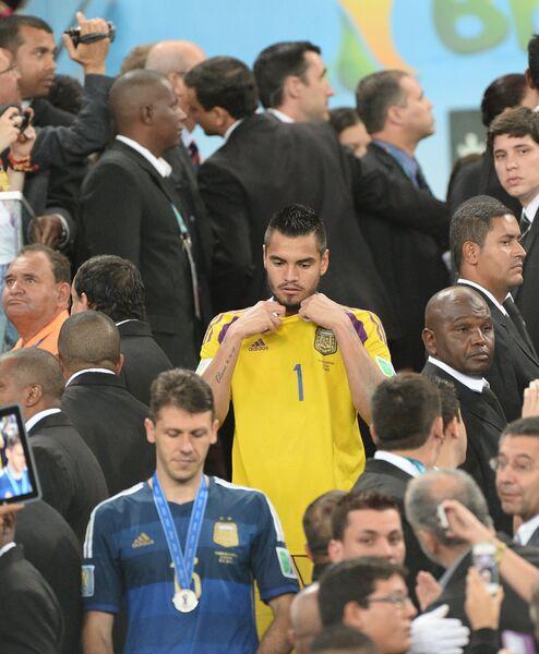 Мартин Демикелис (на первом плане) и вратарь сборной Аргентины Серхио Ромеро