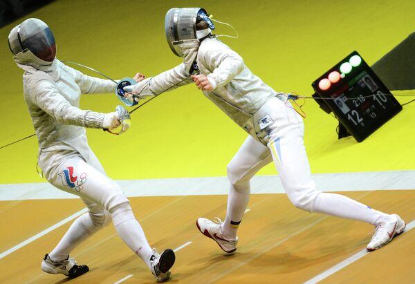 Российская спортсменка Софья Великая (слева) и украинская спортсменка Елена Краватская
