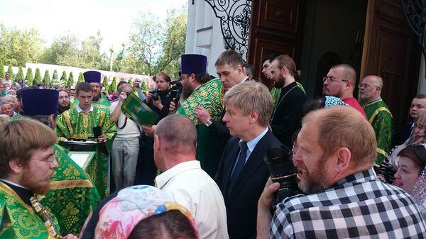 Николай Толстых (в центре) во время награждения патриаршим знаком