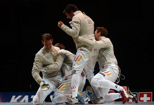 Саблисты сборной Германии радуются победе в командных соревнованиях на чемпионате мира в Казани