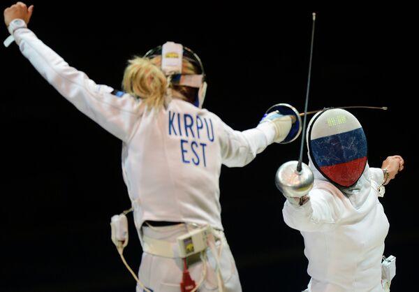 Российская шпажистка Виолетта Колобова (справа) и эстонская шпажистка Эрика Кирпу