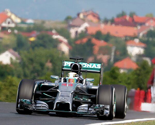 Пилот Мерседеса Льюис Хэмилтон во время первой практики Гран-при Венгрии