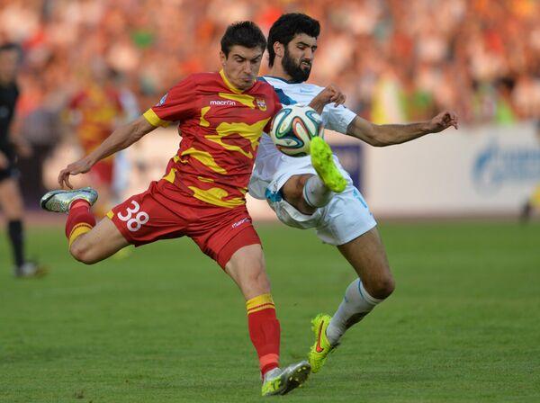 Полузащитник тульского Арсенала Артур Малоян (слева) и защитник Зенита Нету