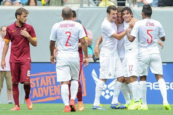 Футболисты Интера радуются забитому мячу в матче с Ромой
