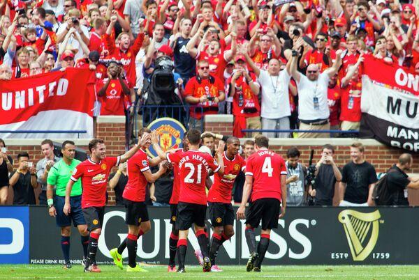 Футболисты Манчестер Юнайтед радуются забитому мячу в ворота Реала