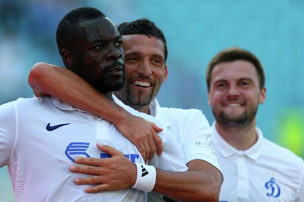 Кристофер Самба (слева) и форвард Кевин Кураньи радуются забитому голу.