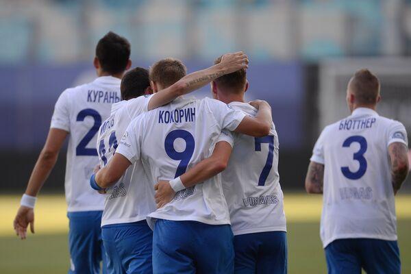 Футболисты ФК Динамо радуются забитому голу