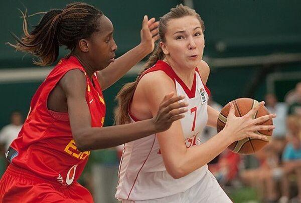 Баскетболистка юниорской сборной России Мария Вадеева (справа)
