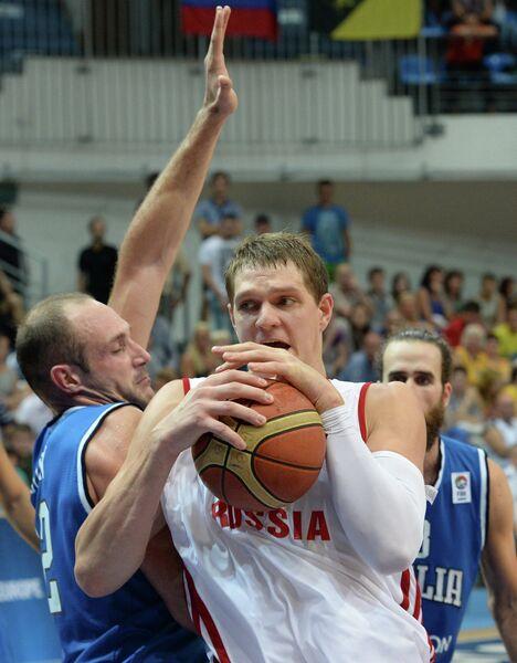 Центровой сборной России Тимофей Мозгов (справа)