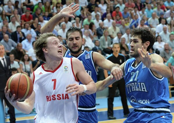 Форвард сборной России Дмитрий Кулагин (слева) и форвард сборной Италии Давид Пасколо