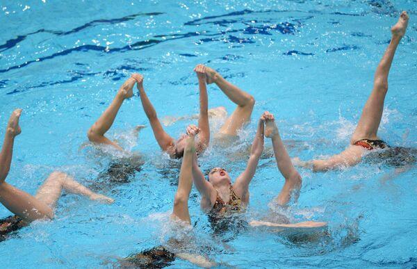 Российские спортсменки выступают с произвольной программой во время финальных соревнований команд в синхронном плавании