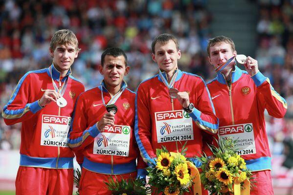 Российская сборная в составе Павла Ивашко, Максима Дылдина, Никиты Углова, Владимира Краснова (слева направо), завоевавшая серебряную медаль в эстафете 4х400 м