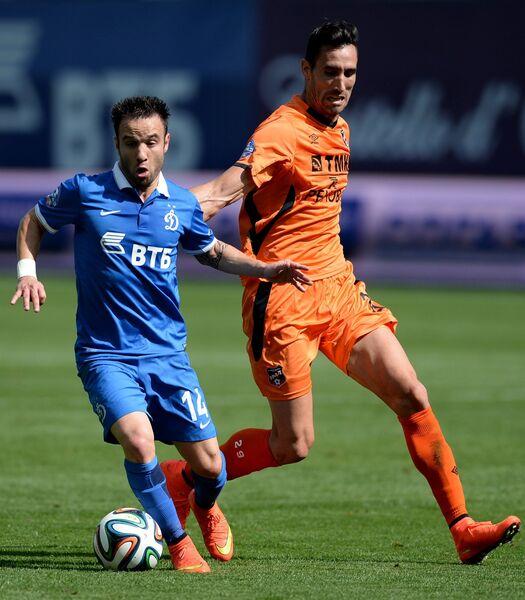 Полузащитник Динамо Матье Вальбуэна (слева) и полузащитник Урала Херсон Асеведо