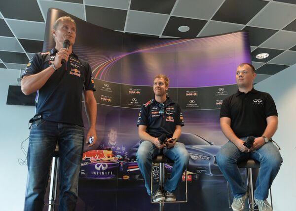 Бывший гонщик Формулы-1 Дэвид Култхард и чемпион Формулы-1 последних четырех лет Себастьян Феттель (слева направо) на пресс-конференции в Сочи