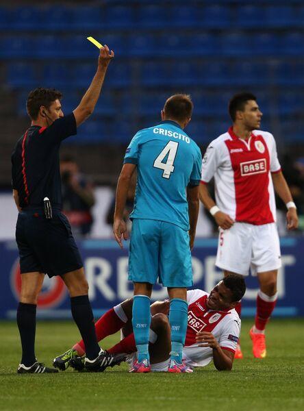 Защитник ФК Зенит Доменико Кришито (в центре на первом плане) получает желтую карточку.