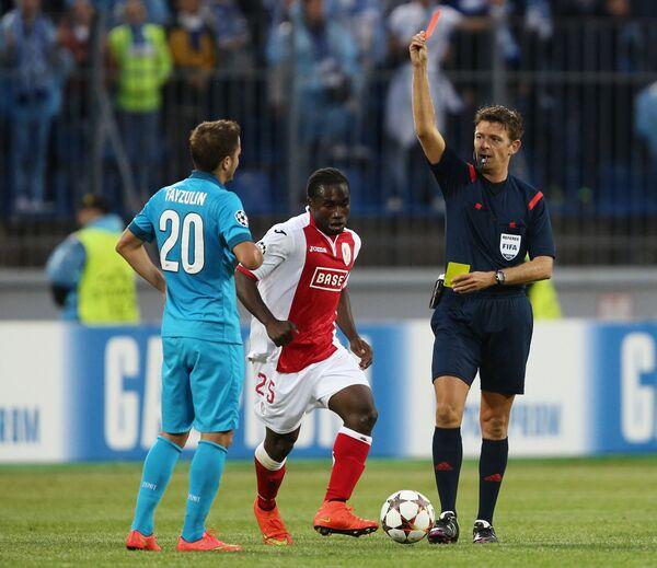 Джанлука Рокки (справа) показывает красную карточку полузащитнику Зенита Виктору Файзулину