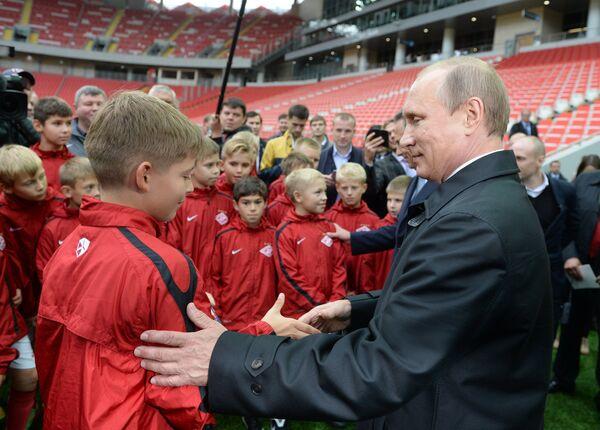 Президент России Владимир Путин (справа) во время посещения стадиона Открытие Арена - домашнего стадион футбольного клуба Спартак (Москва) в Тушино