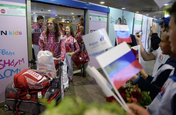 Участники сборной России, прибывшей со II летних юношеских Олимпийских игр во время встречи в аэропорту Шереметьево