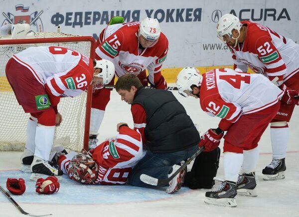 Вратарь Витязя Иван Лисутин (в центре)