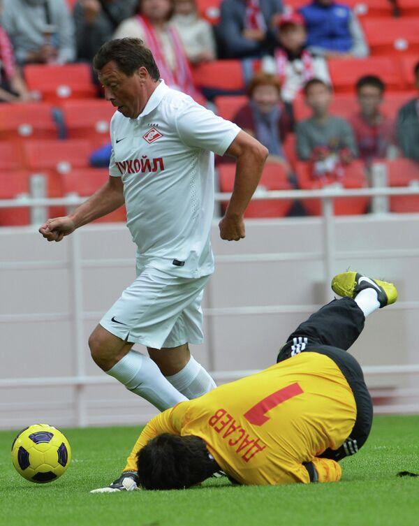 Нападающий команды Белых Валерий Шмаров (слева) и вратарь команды Красных Ринат Дасаев