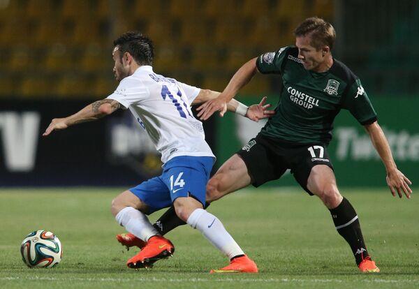 Защитник Краснодара Виталий Калешин (слева) и полузащитник Динамо Матье Вальбуэна