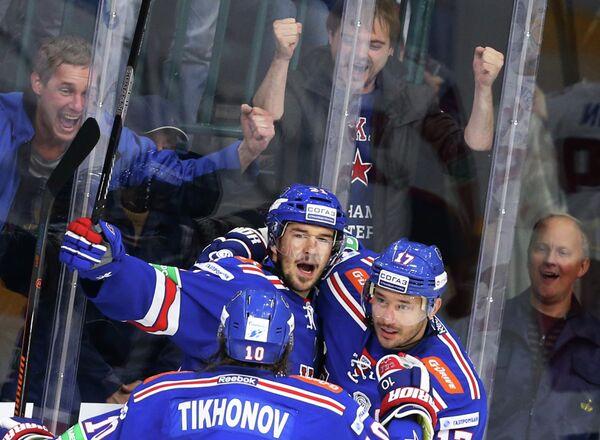 Нападающие ХК СКА Виктор Тихонов, Джимми Эрикссон и Илья Ковальчук (слева направо)