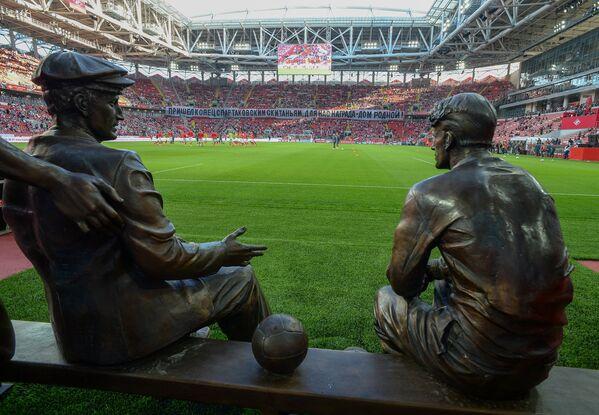 Памятник Николаю, Андрею, Александру и Петру Старостиным на стадионе Открытие Арена