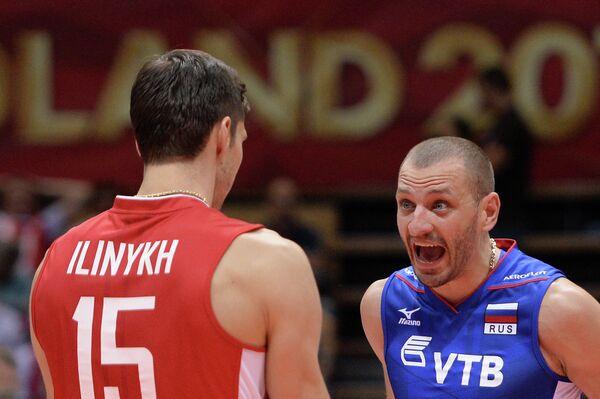 Волейболисты сборной России Дмитрий Ильиных и Артем Ермаков (справа)