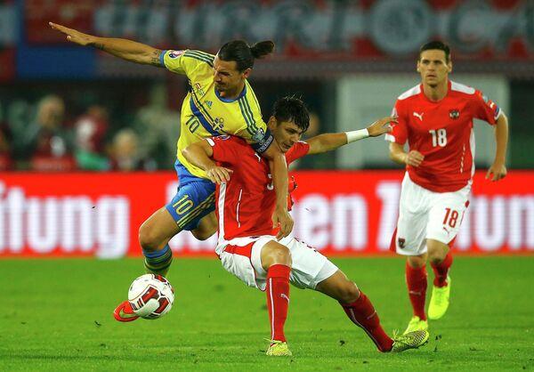 Игровой момент матча сборных Швеции и Австрии по футболу