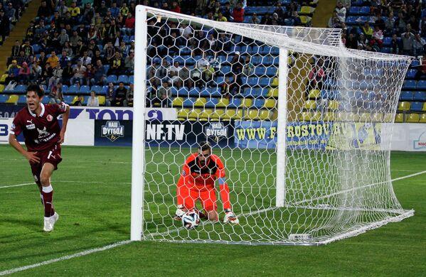 Нападающий Рубина Игорь Портнягин (слева) забивает гол в ворота голкипера Ростова Стипе Плетикосы