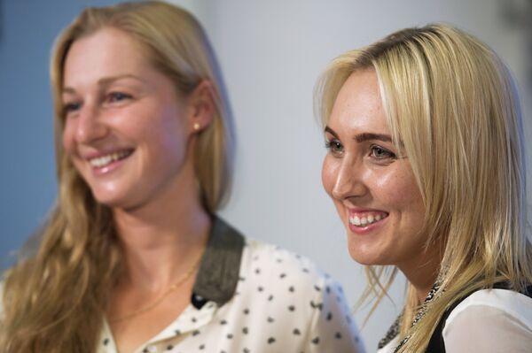 Теннисистки Екатерина Макарова (слева) и Елена Веснина