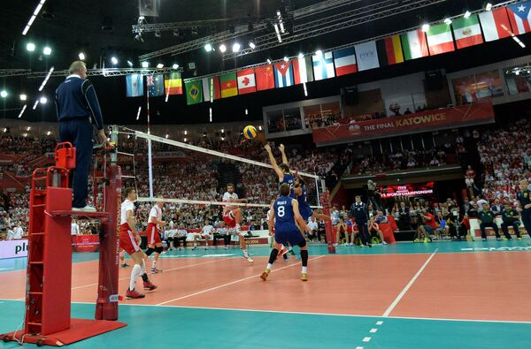 Игровой момент финального матча ЧМ по волейболу между сборными Польши и Бразилии