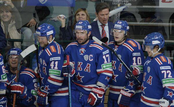 Главный тренер СКА Вячеслав Быков (на заднем плане)