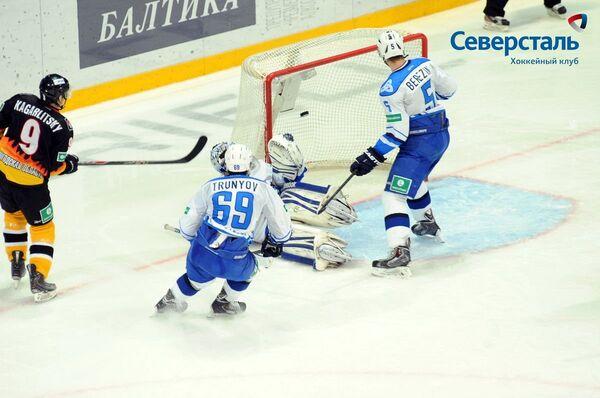 Нападающий Северстали Дмитрий Кагарлицкий (крайний слева) в матче против Нефтехимика